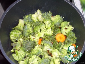 Broccoli and carrots are chopped into slices, parboil in slightly salted water. The broth does not pour.