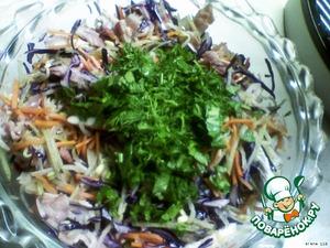 Помыть зелень, нарезать её мелко и добавить в салат.
