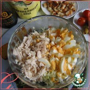 Смешать капусту, курицу и нарезанные произвольно яйца