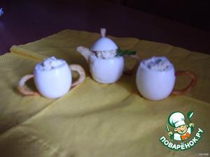 Приготовить начинку: для деток я смешала желток, грецкие орешки, тертый сыр и сметану. Для взрослых можно использовать майонез и чеснок. Нафаршируйте яйца и вставьте носик, ручки в чайник, чашки, сахарницу и т. д. На чайник наденьте крышку. Можете звать малышей. Хотя у меня первым прибежал муж. Для фото осталась уже одна чашка.