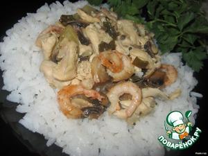 Закрыть форму крышкой или фольгой и поставить в духовку на 30 минут.    Подавать с рисом.