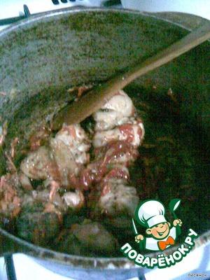 Минут 5 все пусть еще прожарится и добавить 2 ст.л. томатной пасты.