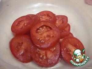 Cut tomatoes into circles.