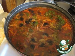Теперь добавляем заготовку в бульон и доводим до кипения. Затем добавляем каперсы, лавровый лист, зелень и суп готов.