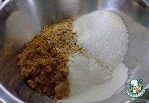 Предварительно разогреваем духовку до 180 градусов.       Просеиваем муку в миску.    Добавить в просеянную муку овсяные хлопья, коричневый сахар, кокосовую стружку.