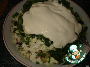 Добавить зелень в салат и заправить майонезом.