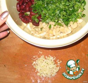 Порубить чеснок, добавить в салат, заправить майонезом