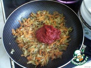 На отдельной сковороде обжарить на растительном масле до золотистого цвета лук, добавить морковь, потушить. Добавить огурцы и томатную пасту.