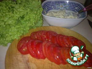 Cut the tomatoes into thin slices. In a bowl RUB on a small grater cheese, egg. Squeeze the garlic and add mayonnaise, mix well.