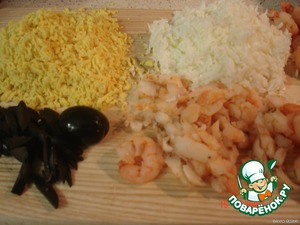 Grate the protein of the eggs separately, the yolks separately, cut maslinka strips, shrimp slices, onion finely.
