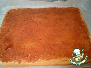 Противень застелить бумагой и смазать растительным маслом. Замесить бисквитное тесто(подробнее писать об этом не буду, как печь бисквит я думаю все знают)вылить на противень. Выпекать в заранее разогретой духовке при 200 гр. минут 15. На столе расстелить бумагу для выпечки размером с противень. Готовый бисквит перевернуть на подготовленный стол и снять бумагу( снимается хорошо). Горячий бисквит сразу же смазываем клубничным вареньем или конфитюром, если у вас варенье из целой клубники, тогда заранее измельчить всё и блендере. Бисквит нужно полностью остудить.