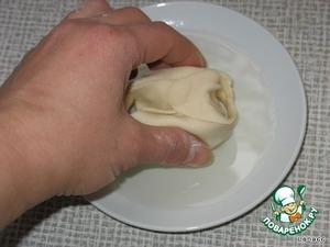 Теперь донышко каждого полуфабриката следует слегка окунуть в растительное масло, налитое в блюдечко. Это предотвратит манты от прилипания к ярусу пароварки.