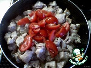добавить порезанные помидоры и лечо, перемешать, добавить приправу и пять минут потушить.
