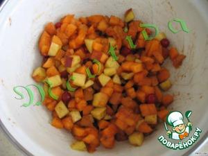 Фрукты и ягоды вымыть, обсушить бумажными полотенцами.    Нарезать персик и абрикосы маленькими кубиками.    Добавить мускатный орех, корицу и ванильный сахар.