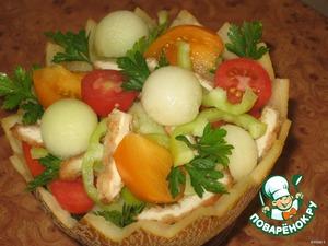 Все ингредиенты перемешать, добавить соль по вкусу и белый перец, выложить в корзинку, полить соусом (смешать оливковое масло и сок лимона), украсить дынными шариками, зеленью. Приятного аппетита!