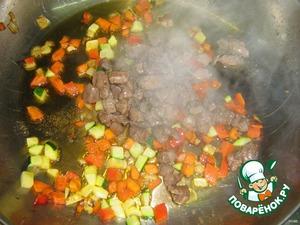 Обжаренное мясо добавляем в овощи и обжариваем 3 минуты.