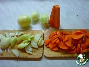 Чистим лук с морковкой и крупно нарезаем.