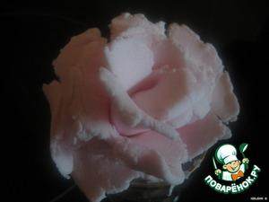 Украсить по желанию. Мы украшали цветами-розочками из мастики (из маршмеллоу)