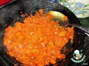 Нагреваем масло в сковородке, добавляем чеснок и морковь.    Тушим при средней температуре минут 10, пока морковка не станет мягкой. Добавляем томат, куркуму, горчицу, соль и перец и перемешиваем, тушим еще минуту. Перекладываем в миску, слегка остужаем.
