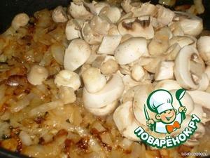 2 зубчика чеснока и чуть имбиря пожарить, добавить лук и грибы,
