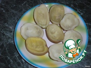 Картошку отварить в кожуре в подсоленной воде, разрезать пополам и вынуть серединку маленькой ложкой. Около кожицы оставить 3-5 мм картошки, тогда при запекании кожица получается не сухая, и можно отделить ее от картошки. Хотя говорят, что в кожице много витаминов.