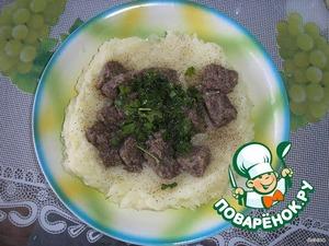 Из серединки (картошки) сделать картофельное пюре с добавлением молока.    Грибы мелко нарезать (у меня грибная икра).   Смешать картофельное пюре с грибами, мелко нарезанной зеленью и черным перцем. Хорошо перемешать. Черный перец должен чувствоваться.