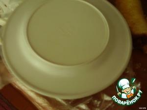 Накрываем тарелкой и переворачиваем.      Посыпаем тертым желтком, можете добавить зерна кукурузы.