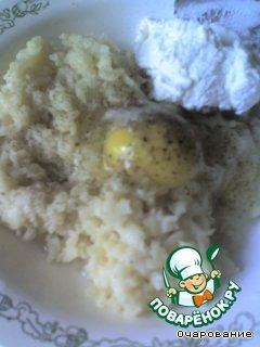 В фарш добавить яйцо сырое, творог, соль, перец, перемешать.