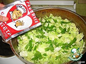 Далее вторую часть капусты, немного порезанного зеленого сельдерея и немного Вегеты.   Добавляем немного воды и закрываем крышкой. Ставим на плиту и с момента закипания тушим 60-70 минут.
