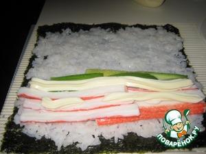 Далее нарезаем крабовые палочки, авокадо, огурцы и добавляем майонез.