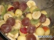 Киви, банан нарезать кружочками, виноград отделить от веточки, из яблока вырезать специальным ножом кружочки. Все заправить мёдом.