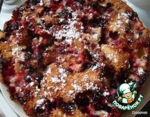 Готовый пирог осторожно переворачиваем на блюдо и посыпаем сахарной пудрой. Готово!