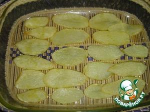 Выложить картофель в форму.