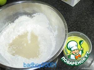 Растопить 50 г сливочного масла. Подогреть 125 мл молока, добавить в него ванильную эссенцию и растопленное сливочное масло.
