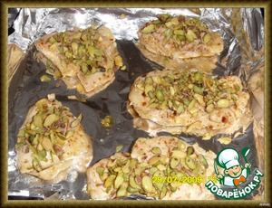 Place on the foil,sprinkle the top with pistachios(to hold pistachios,lightly on top a few drops, pour Rast.oil),put in the oven at 180-190* for 20 min.