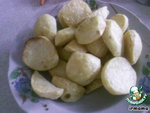 Potatoes cut into 2-3 pieces and fry in sunflower oil over high heat until soft