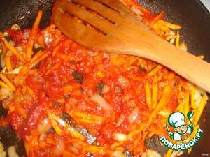 Лук, морковь и корень петрушки (у меня корня петрушки в этот раз не было) нарезать соломкой и спассеровать на жире, либо на растительном масле. Добавить очищенные от кожицы и нарезанные помидоры или томатную пасту.