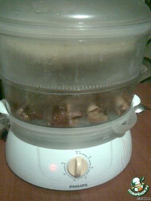 Времечко вышло, заполняем пароварку.    В самый нижний поддон укладываем мясо.    Сверху ставим емкость для круп, засыпаем промытый рис. Добавляем специи - соль, зиру, куркуму. Заливаем водой. На 300 г риса ушло 450 мл воды.    Ставим таймер на 40 мин. Этого времени достаточно для готовки риса.    Снимаем чашу с рисом и ставим таймер еще на 20 минут. В итоге мясо пробыло в процессе 1 час.