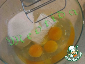 Взбить в однородную гладкую массу творог, яйца, масло, ванилин и сахар с помощью миксера или венчика.