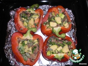 Наполнить половинки перца смесью овощей/грибов/трав.   Поставить в духовку на 175-180°С, запекать около 30-35 минут (пока перец не станет мягким).