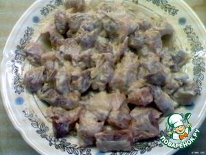 Смешать 200 г майонеза, мелко порезанный чеснок, добавить мелко покрошенный лавровый лист, приправы, соль, перец.    Поставить свинину в маринаде на 24 часа на холод.