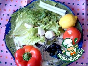 Промыть овощи, порезать, как показано ниже. Грибы порезать тонко, залить лимонным соком, растительным маслом, добавить чеснок, жгучий перец. Перемешать, пока все готовим, грибы слегка промаринуются, минут пять. Черешковый сельдерей я натираю на терке, или отжимаю сок. Добавляем остальные компоненты, их можно взаимозаменять, тем, что есть в холодильнике.