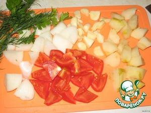 Для соуса яблоко почистить от шкурки и серединки.   Порезать лук, яблоко, чеснок, помидор и сложить все это в комбайн, добавить укроп и петрушку и превратить все в пюре.