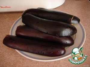 Eggplant cut into 2 halves in length and boil in salt water until soft 5-10 minutes (depending on the size of the eggplant), but not to digest.