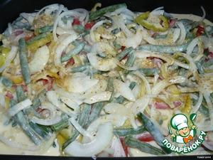 Смесью из яиц и сливок заливаем рыбку и овощи. И отправляем в духовку минут на 25-30.