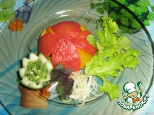 Перевернуть закуску на порционную тарелку и украсить листьями салата. Сделать из огурца соусник и положить соус