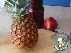 Have delicious fresh ripe pineapple carefully cut away the tip of a knife and a spoon cut the flesh.