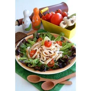 Салат из грилованной куриной грудки и кальмаров с зеленью за 15 минут
