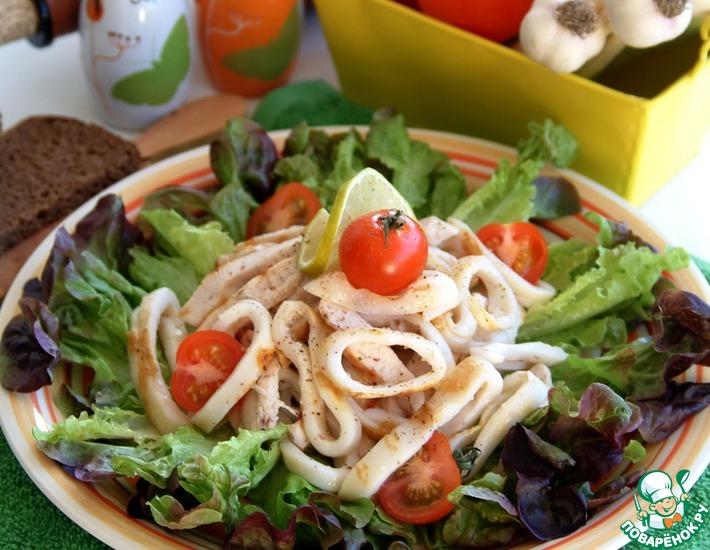 Рецепт: Салат из грилованной куриной грудки и кальмаров с зеленью за 15 минут