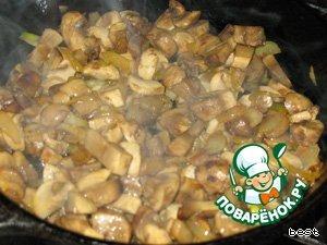 Грибы нарезать небольшими кусочками. Лук порезать и нарезать полукольцами. В сковороде разогреть растительное масло и слегка подрумянить грибы с луком.